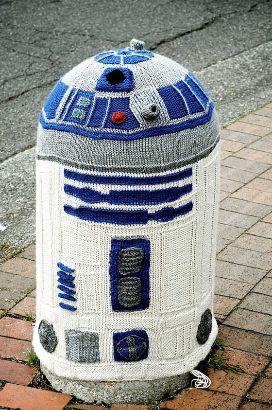 R2D2 Knitting Bomb